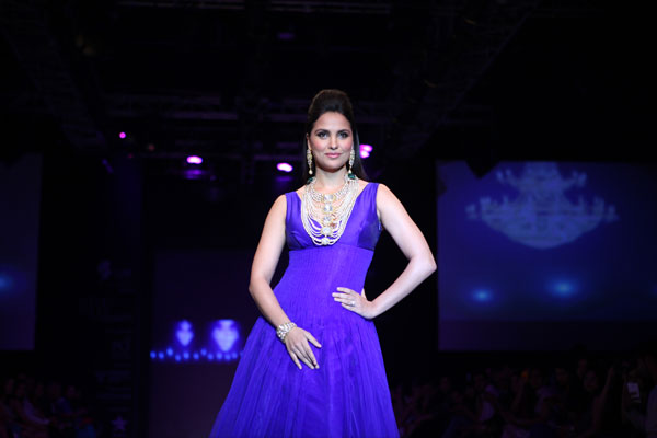 Lara Dutta walks for Birdhichand Ghanshyamdas at IIJW
